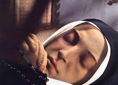 Tenemos aquí una mujer con habito de monja y se ve en sus manos un rosario