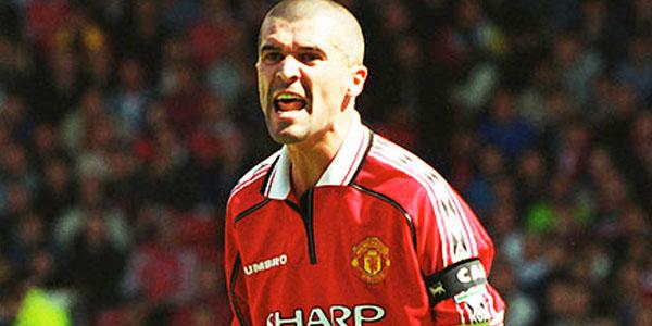 UN jugador de fútbol que grita algo en la cancha lleva uniforme rojo y blanco