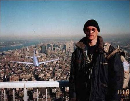 Tenemos aun hombre en la terraza de un rascacielos contemplando la ciudad y atrás se ve un avión