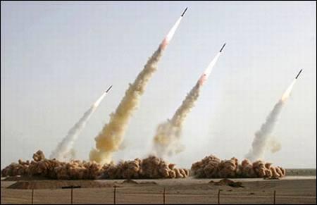 Vemos cuatro misiles que han sido lanzados se aprecia el humo que se produce en el lanzamiento