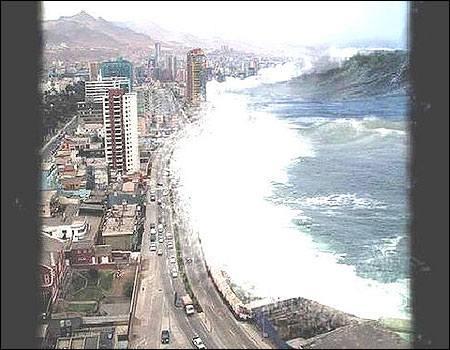 Observando desde una ventana muy alta como unas olas arremeten contra  una playa