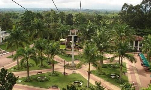 Tenemos aquí una plaza dentro de un lindo y grande parque tematico