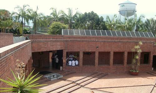 Observamos aquí  una edificación  con muchos pasillos y adornos de plantas es un museo donde se guarda parte de piezas de oro de la cultura quimbaya