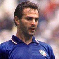 Nombres Chistosos de Jugadores de Futbol 14 un jugador con uniforme azul   lque mira    tranqilo