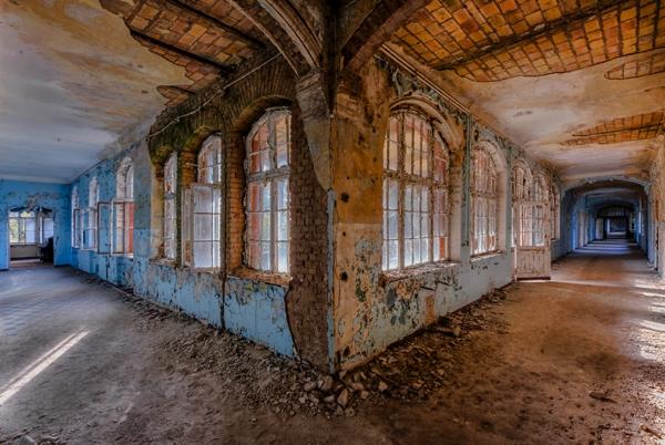 Dos pasillos en L con el techo y piso despicado