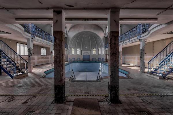 Una piscina en un lugar muy feo y con las paredes despicadas