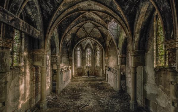 Un pasillo lleno de residuos de las paredes y el techo