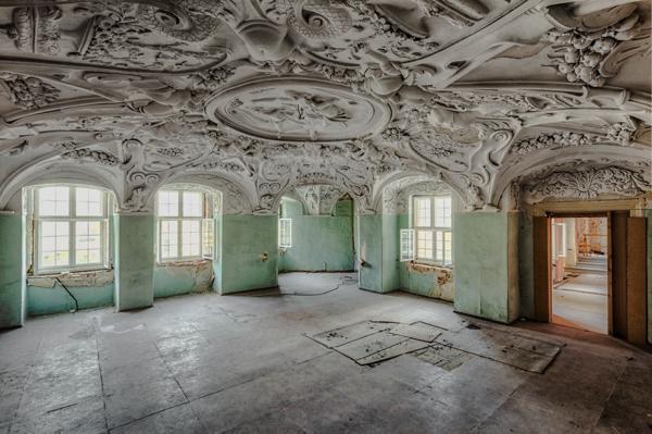 Un salon con los marcos de las ventanas muy deterioradas
