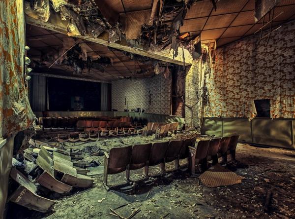 Un teatro del cual solo quedan sillas viejas y escombros