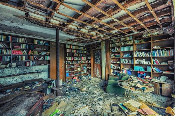 Una biblioteca sin cielorazo, hay libros por todo lado y hay mucha basura