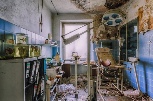 Un cuarto muy deteriorado parece como si hubiese sido cocina y dormitorio a la vez