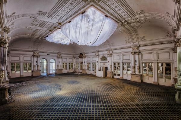 Un salon muy abandonado con sus paredes deterioradas