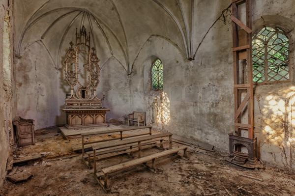 Una iglesia a la que escasamente le entra el sol con sus paredes muy deterioradas