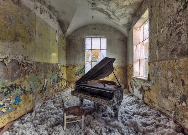 Un cuarto muy feo al que le entra el radiante sol y hay un piano en la mitad de este cuarto