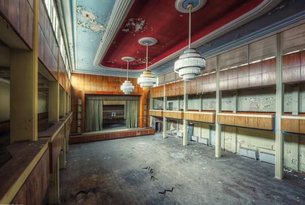 Un cuarto lujoso con el cuarto y piso muy descascaronados