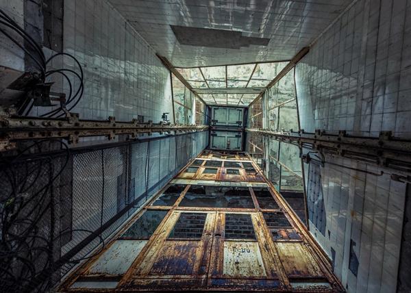 Una imagen de por dentro de un ascensor muy oxidado