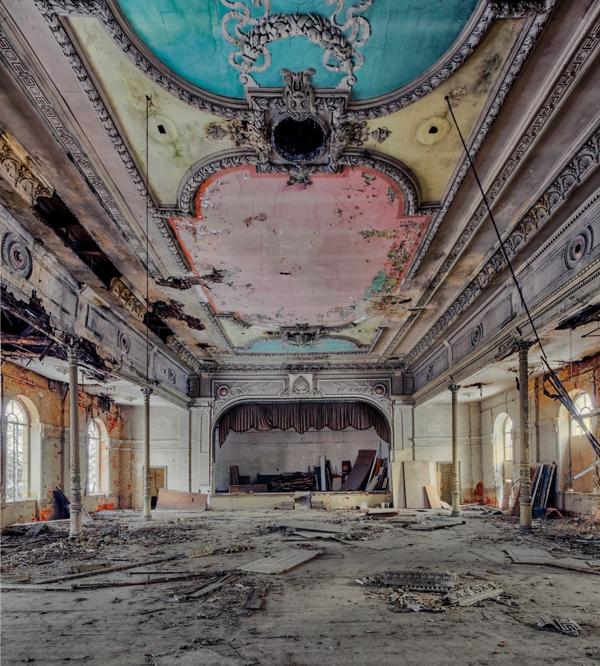 Un cuarto como especie de un teatro con escombros por todo lado