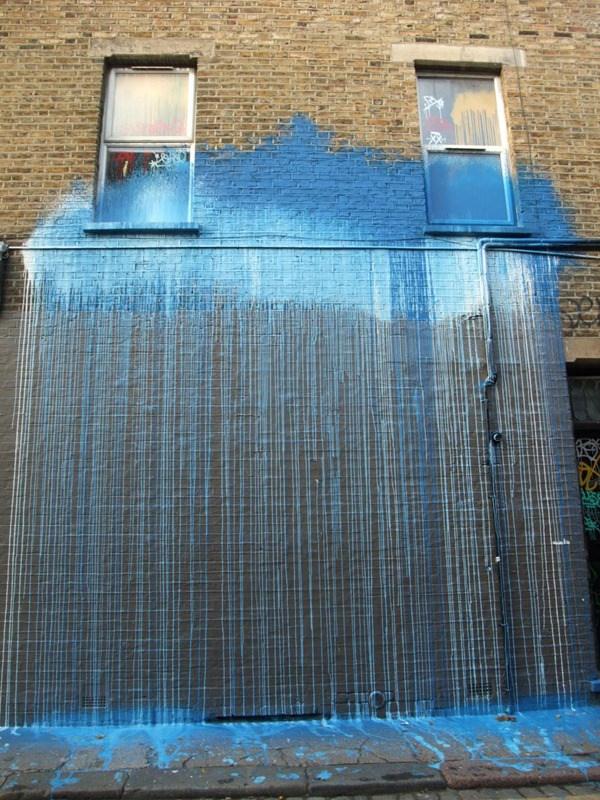 Una nube azul salen varias lineas azules hacia el piso, es como que lluvia