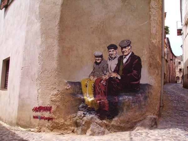 Tres viejitos sentados en una escalera de un anden