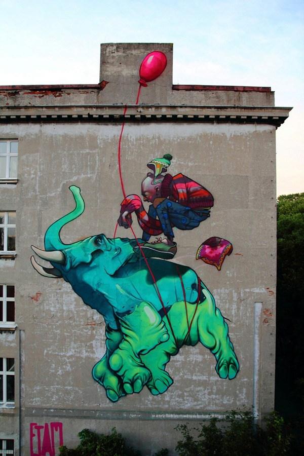 Un señor llevandose a un elefante por el aire con un globo