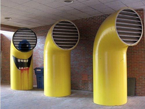 Tres tubos, en el ultimo tubo hay un muñeco pintado, parece un minion