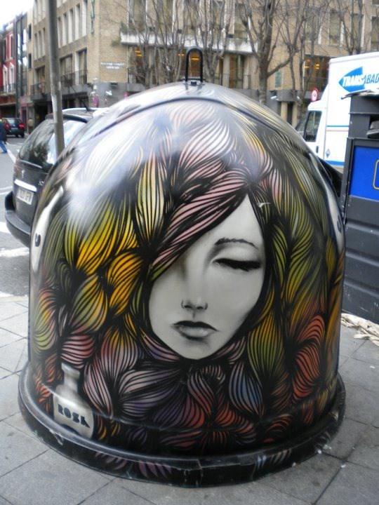 El rostro de una mujer con el pelo de varios colores