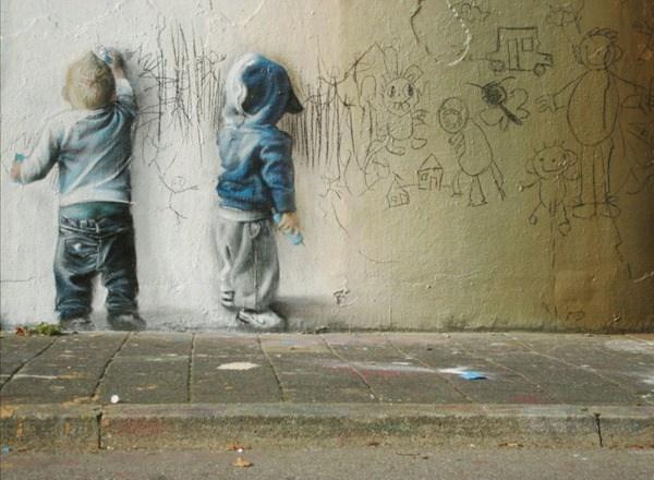 Dos niños rayando una pared