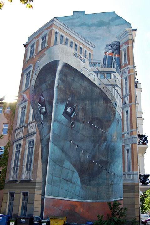 Un barco plasmado en un gran edificio