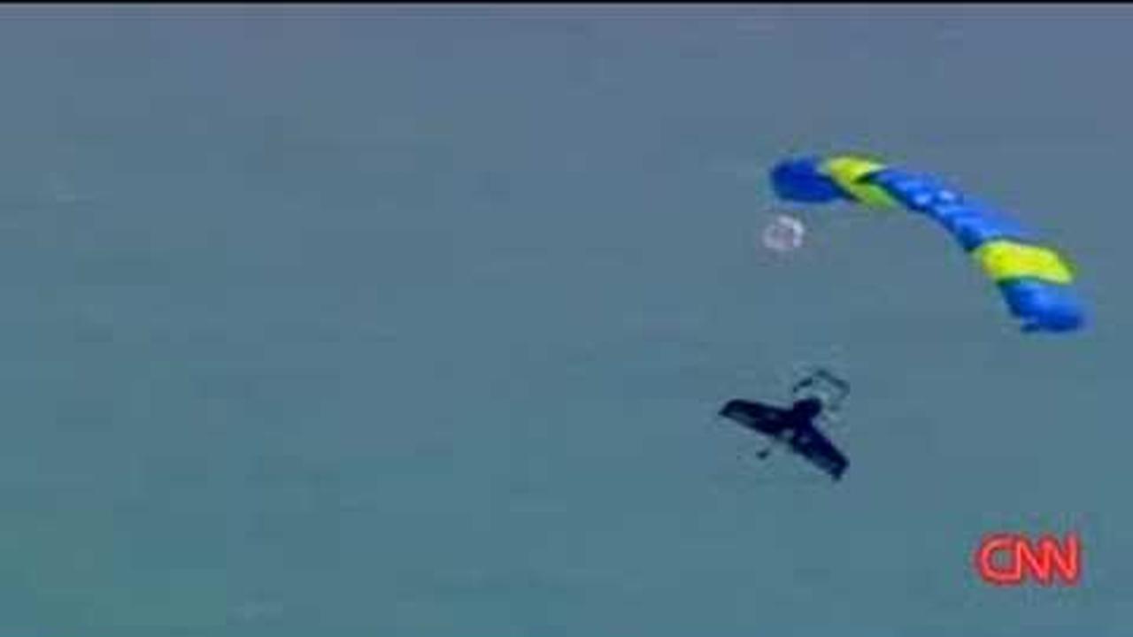 Aventurero se tira de un avion y cruza el canal ingles en 15 minutos