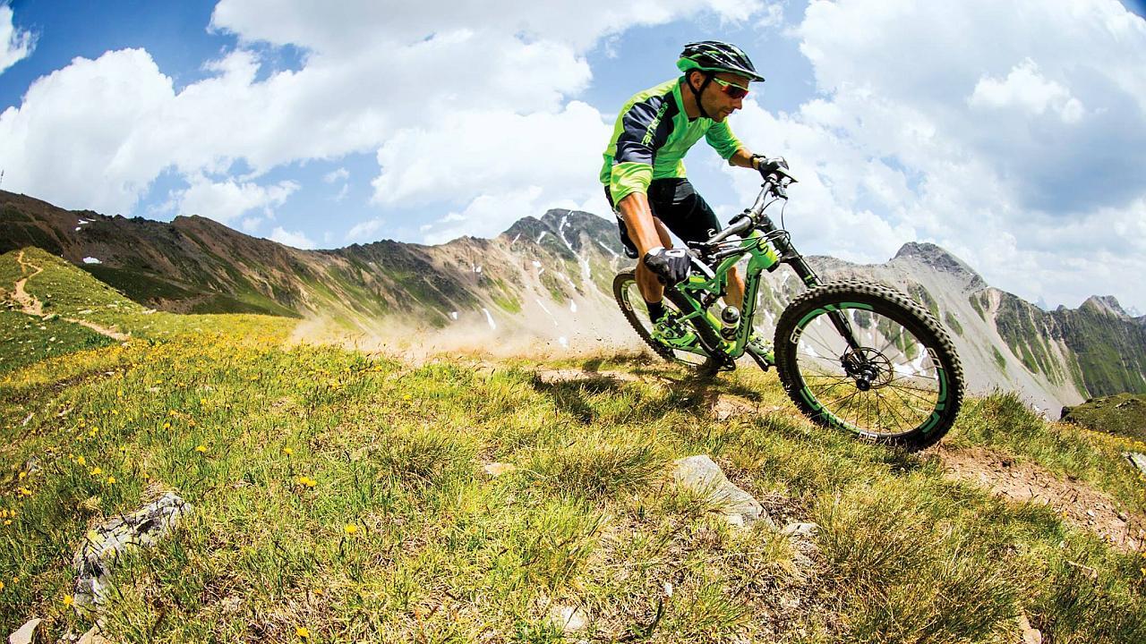 Bajando por una montaña en bicicleta a toda velocidad
