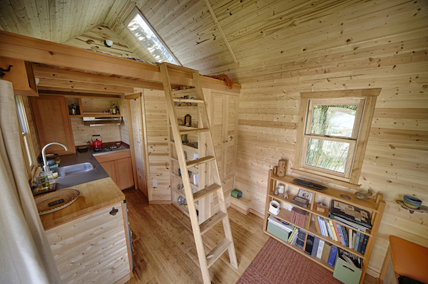 Una minicasa muy sencilla con su dormitorio en el pico