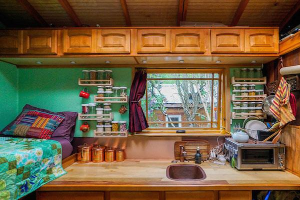 Una cocina con un dormitorio al lado