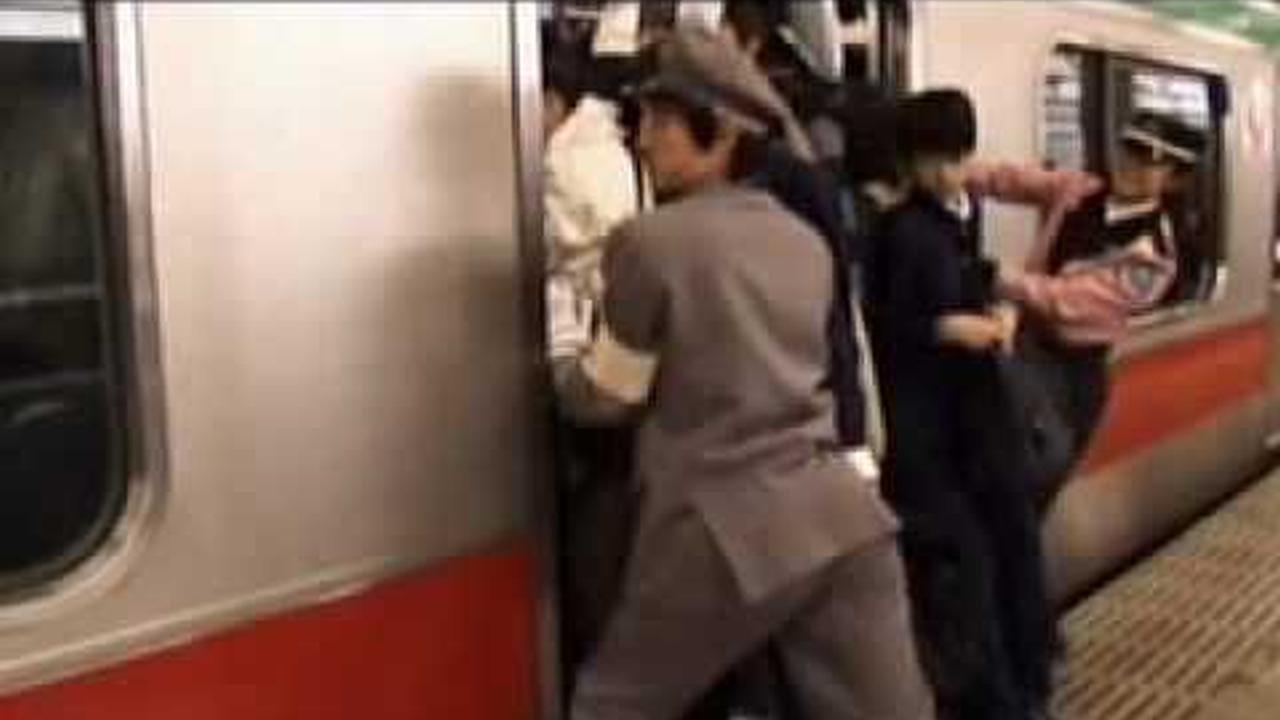 Como sardinas enlatadas viajan los japoneses en metro