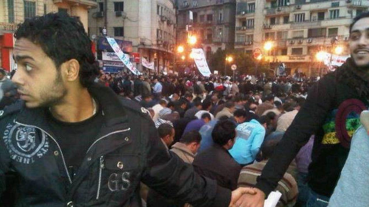 Cristianos protegiendo a musulmanes mientras ellos oran
