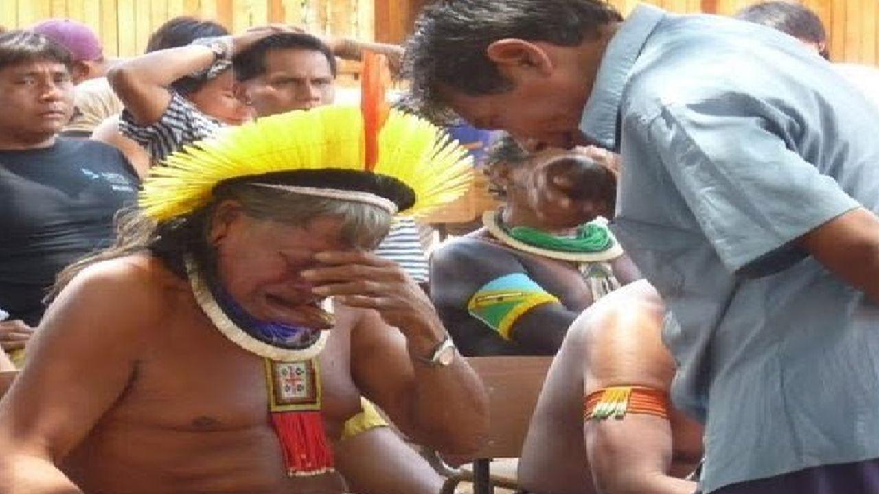 El Jefe indígena Raoni llora por construccion de hidroelectrica