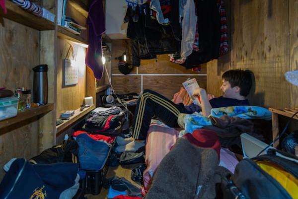 Un hombre con demasiadas cosas regadas en su pieza