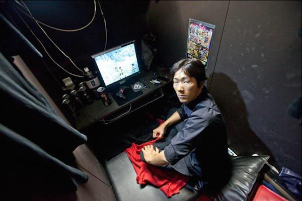 Un cuarto muy pequeño para una persona estar usando un pc de mesa