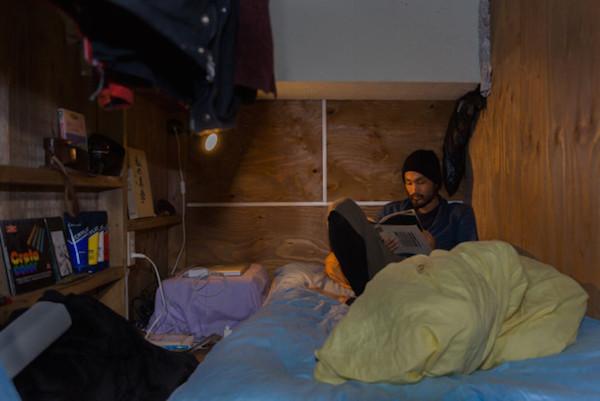 Un hombre leyendo en su cama