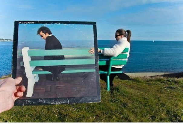Tenemos una playa donde una mujer sentada en una silla y otra  persona sostiene la caratula del LP