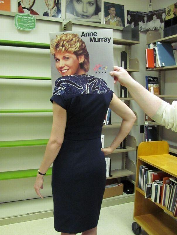 Una mujer joven sonrie en la caratula de su LP y otra persona la sostiene  y la esta alineándola con su cuerpo dando la sensación  que hya alguien diferente detras de la caratula