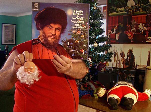 Hombre con traje festivo y un papa Noel en sus manos y el mismo lo sostiene la caratula y se alinia a su cuerpo hay papa noel y otras escenas navideñas