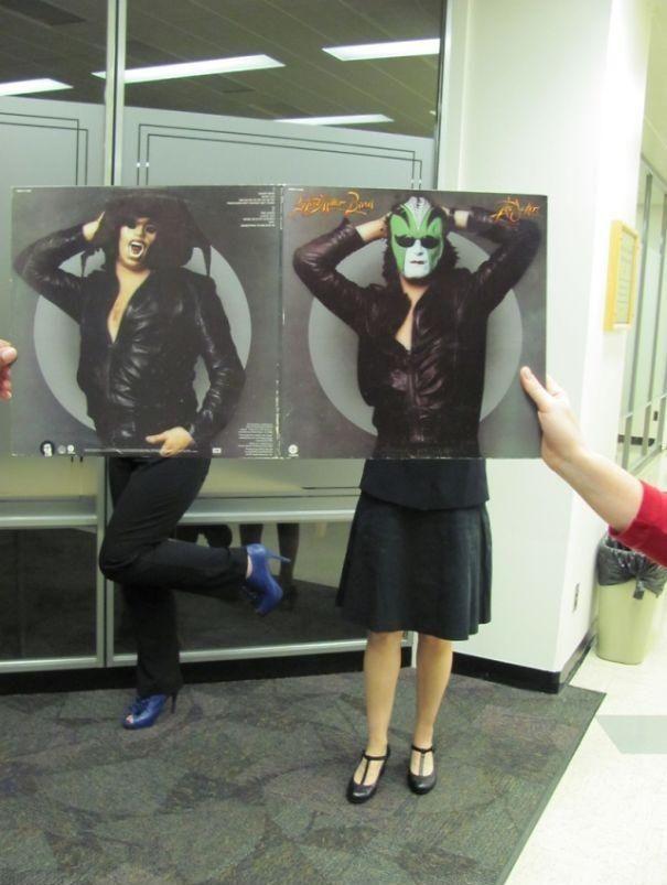 Vemos un hombre y una mujer hombres con chaquetas de cuero y con mascaras sostienen un vidrio y a traves de el los vemos