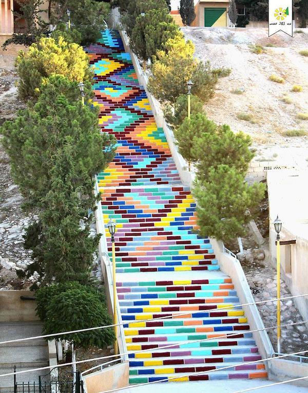 Escala alegre en una forma de mesclar los colores y hacer un tipo de figura geométrica  que resalta el pasadizo