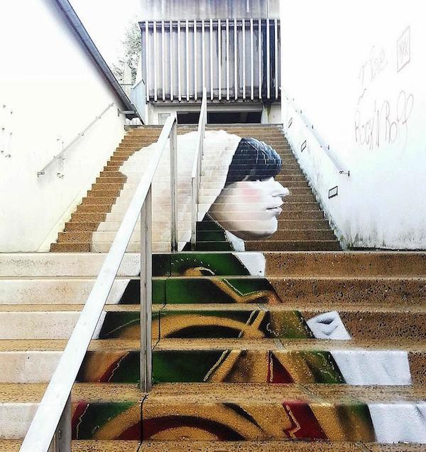 Escala dividida en dos tramos donde se puede observar a una mujer con manto pintada en  la escala haciendo de esto algo muy llamativo