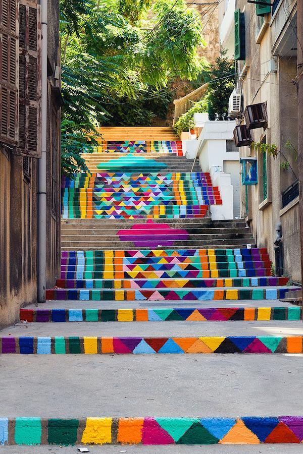 Observamos una linda escala en dos tramos pintada en rombos de colores fuertes que dan mucha vida a este pasaje