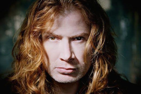 Un hombre con pelo largo rojizo y una mirada perdida