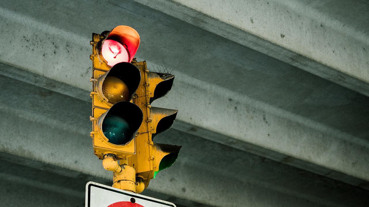 Tres estudiantes idearon un creativo sistema que cambia un semáforo en rojo
