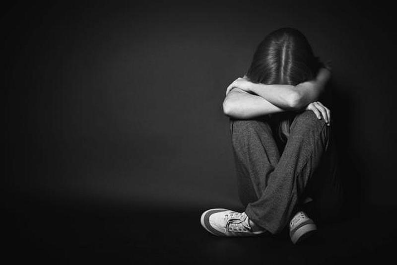 Vemos a una mujer sentada en el suelo que llora desconsoladamente