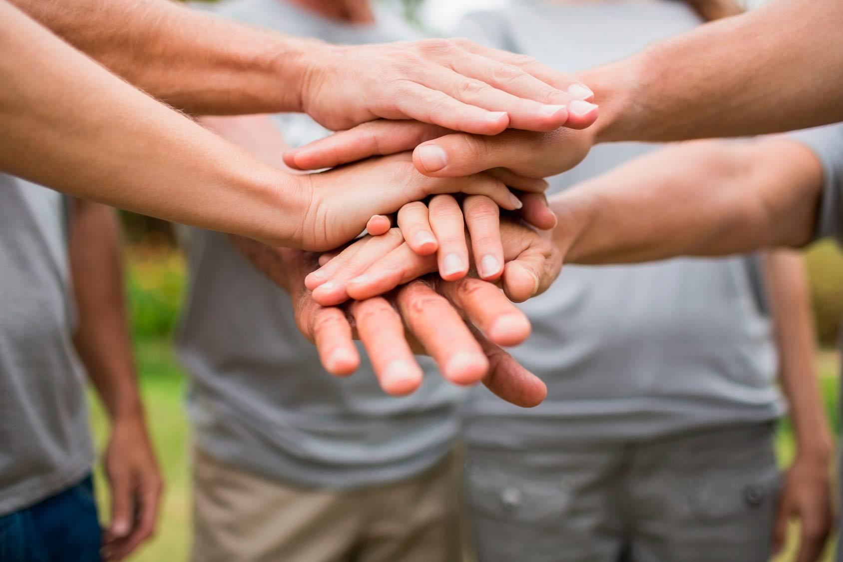Vemos muchas manos que se agrupan unas a otras formando una  buena cantidad