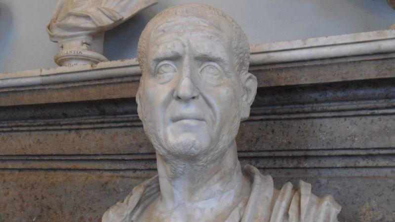 El busto de un hombre calvo de una época antigua